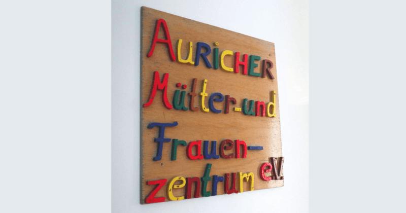 Tafel mit Schrift Mütter- und Frauenzentrum Aurich