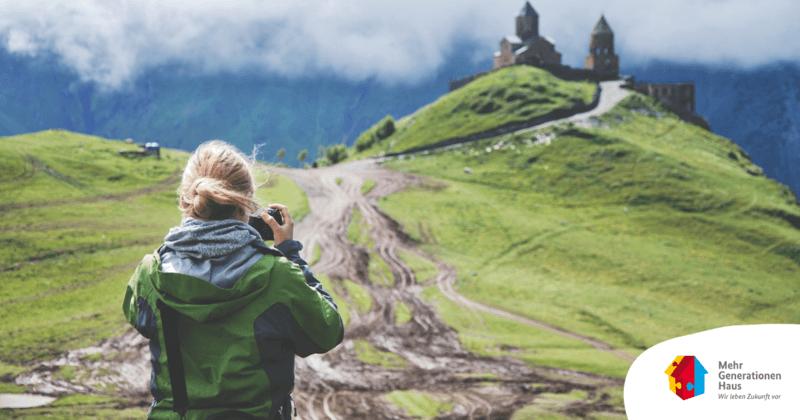 Frau fotografiert Burg Foto : Pixabay