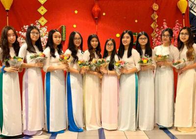 Gruppe 10 Mädchen mit langen Kleidern