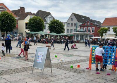 SPiele Kinder auf dem Marktplatz